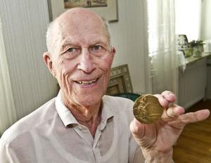 """VÄRDEFULL. Folke Alnevik med bronsmedaljen från 1948. Han får ofta förfrågningar om autografer. """"Jag har hört att den ska vara mer värd än Ludmilla Engquists."""""""