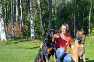 Ewa Jonsson äger Skotte och Buzz, två hundar som plågas av fästingar denna sommar.