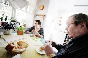 För femtio år sedan flyttade Harry och Signe Persson från en lägenhet om ett rum och kök till sitt nybyggda hus på Per-Olsområdet. Drömmen om ett rymligt och ljust hem blev sann, och paret bor än idag kvar i sin villa vid skogens kant.