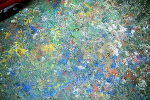 Golvet i ateljén är ett konstverk i sig.