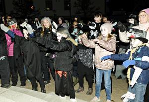 Zombie-epidemin som drabbade Sollefteå visade upp en skrämmande dans i mörkret.