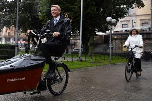 Miljöpartiets ministrar Per Bolund och Isabella Lövin på varsin elcykel utanför Rosenbad. Foto: Erik Simander/TT