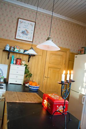 Köket är rustat i gammal stil. Med björklaserade snickerier och utanpåliggande el.