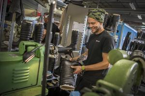 Johannes Sunding har jobbat på företaget sedan 2010. Dagen när ÖP är på besök står han vid trimningsstationen där överflödigt material tas bort från ytterskon.