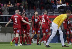Charlie Colkett klappas om av lagkamrater efter  sitt 2–1-mål mot Falkenberg.