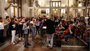 El Sistema spelar konsert i Konserthusets entré i Stockholm.