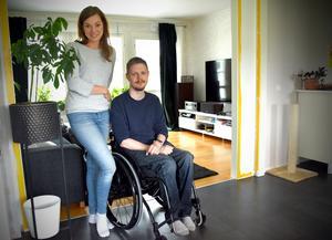 Petter Stendahl, här med flickvännen Elvira Castillo, vill kunna ta hand om sin autistiske son.