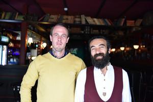 Peter Bäckström och Atilla Aktürk inne i The Bear Pub.