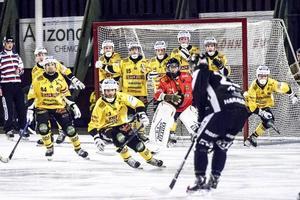 Robert Dammbro störtar ut i den klassiska 6–5-matchen på Hällåsen mot Sandviken 2014.