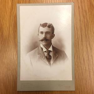 Bara några få bilder är helt omärkta. Vad den här mustaschprydde mannen heter finns det till exempel ingen uppgift om.