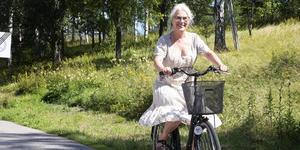 Pia Möllgård tar cykeln. Arkivfoto
