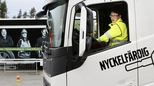 Valle Sjöberg från Stugun backar en lastbil under kvaltävlingen till Yrkes-SM för chaufförer.