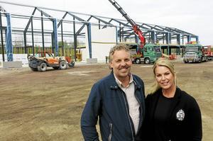 Fredrik Pierre, vd och styrelseordförande, och Therese Pierre, kommunikatör, framför företagets nya fastighet på Valboslätten. Det finns ytterligare en Pierre i företaget, Fredriks kusin Johan.