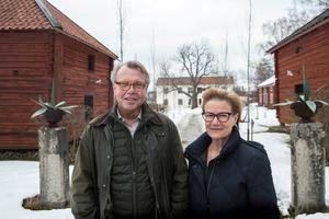 Göran Gudmundsson och Berit Höök välkomnar till Svedjans herrgård.