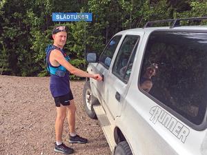 Jesper Lundberg låser sin Toyota 4Runner inför dagens löppass uppför Hunflen.