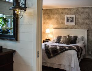 Herrskapets sovrum. Brunt och ljusare nyanser ger fina kontraster.