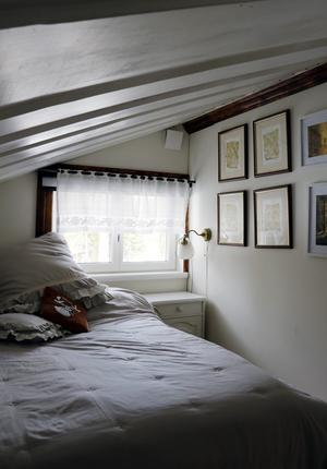 På övervåningen finns två sovrum. Det ena kallas Hälge-rummet, med målningar av Lars Mortimer, som var en god vän till Lena.