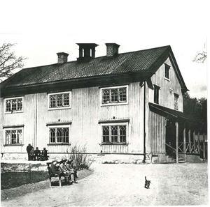 Fattighuset i Karslund. Foto: Ernst Blom/VLM
