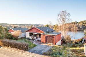 Ett hus i två plan med fin utsikt över Knutsbotjärn. Foto: Svensk Fastighetsförmedling, Ludvika.