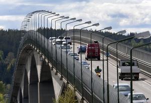 Bro med hög belastning. Köerna till och från Alnö är emellanåt långa.