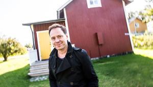 Mats Jonsson framför sommarhuset i Sandslån.