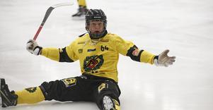 Hugo Sundberg fixade en straff och gjorde ett mål själv när ÖSK fick med sig en poäng hem från ett regnsjukt Tingvalla i Karlstad.