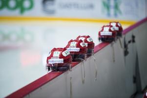 För ishockeyspelare är hjälmen självklar.