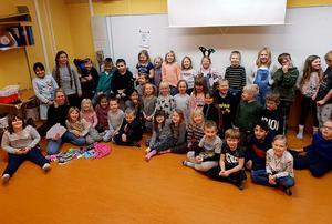 Eleverna i F-2:an tillsammans med socialtjänstens representant vid onsdagens överlämnande av julgåvorna. Bild: Maria Göransson