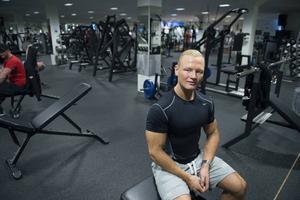 Calle Bolund tränar på IronWorks gym i Sundsvall, och det är också här som han har sitt kontor och tränar sina PT-kunder. På vägen fram till tävling har han haft stort stöd av sin familj, sin coach Mattias Öhlén och nära vännen Brano Culjak. Flera personer som tränar på gymmet har gjort framgångsrika tävlingar den senaste tiden.