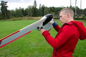 David Almroth inspekterar den ena drönaren innan den ska flyga.