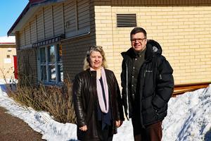 Gör om och gör rätt när det gäller demensboendet, anser Gun-Marie Swessar och Hans Jonsson som här står utanför Svalan och Lärkan i Alfta som försvinner som särskilda boenden.