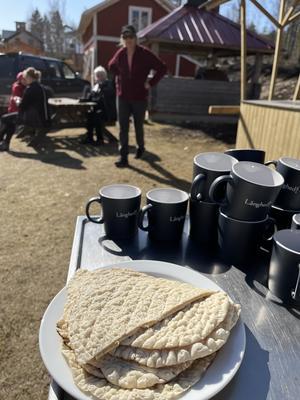 Kaffe och tunnbröd serveras som fika ibland och varför inte kolbulle till lunch? Lingonsylt kokar vi på egenplockade lingon.