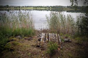 En gammal kaj vid vattnet. På några platser, som här,  ska det sättas ut bord och bänkar för att kunna grilla och kanske fiska.