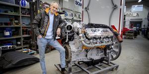 """Det är """"Svempa"""" Bergendahl som designat, byggt och lackat den 650 hästkrafter starka motor som ska monteras i Scanias jubileumsbil Frostfire, också den signerad Svempa."""