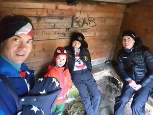 Familjen mår efter omständigheterna bra och går ut på kortare promenader tillsammans. Foto: Privat.