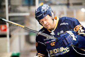 Tony Gustavsson i full färd mot avbytarbänken.