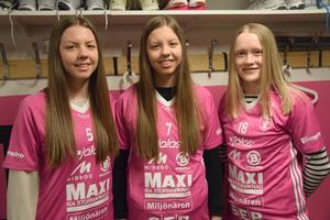Clara Hellgren, Frida Hellgren och Elsa Rendalen i IBF Faluns rosa bortatröjor.