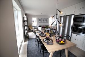 Kök och matplats i visningslägenhetens fyrarummare.