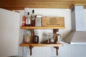 Skruvtvingarna från Håkans morfars snickeri fick ett nytt användningsområde i stugans kök.