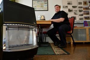 Christer Nauclér har en gasolkamin som kan värma ett rum i flera veckor på en tub. Kör man gasol måste man ha ett batteridrivet gasollarm.