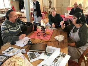Hasse Persson intervjuar Kersti Hisved och får veta mycket om de två Världsarvsgårdarna som finns i Långhed. Foto: Margareta Englund