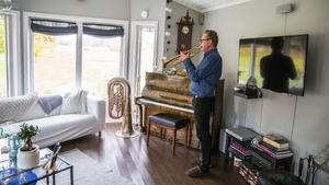 Det ideala vore tre fyra timmars övning per dag, men det är svårt att kombinera med heltidsjobbet på kulturskolan. 45 minuter blir det i alla fall för Sonny Espling. Vid fönstret står en b-tuba och en fanfartrumpet.