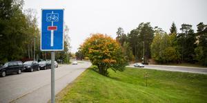 Platsen som Boklok vill bebygga ligger nära Rönnvägen, vid återvinningsstationen på Vretvägen. I bakgrunden skymtar Tavestaskolan.