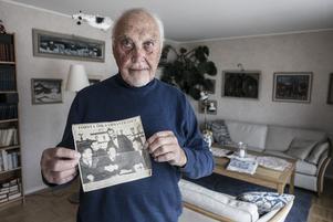 Rune Ebenhard, 89,  var med om Östersunds ishockeyklubbs födelse 1965 och har varit klubben trogen sedan dess. Här visar han upp en bild på klubbens allra första styrelse.