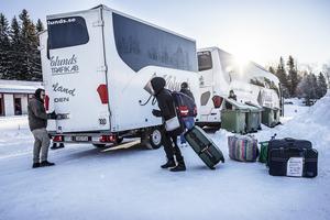 Sakina Machlouch på väg att lasta in sina tillhörigheter i  Migrationsverkets flyttbuss.