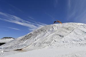 Idre Fjäll samlar nu snön inför nästa vinter, ett arbete som gjort att anläggningen nomineras till priset