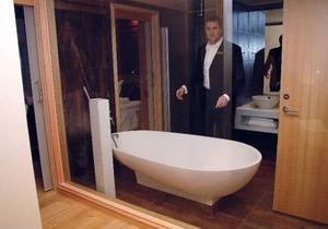 VD Peter Nilsson visar sitt favorit-rum:bröllopssviten  i silveravdelningen med full insyn in  i badrummet från vardagsrummet. Bara en glasvägg skiljer de två rummen åt.