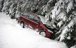 Den första olycksbilen hamnade ett tiotal meter ner i diket och granskogen.
