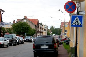 Ignorerad skylt. Av gammal vana parkerar Rättvikarna lite hur som helst. Foto:Linnea Kallberg