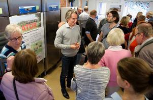"""Många kom för att lyssna på föreningen Stoppa Bränninge bergtäkts information. """"Det finns ingen i Pershagen som inte kommer att blir kraftigt drabbad"""", säger Niklas Holm, ordförande i föreningen."""